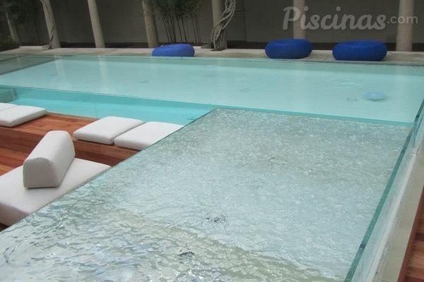 Suspendidos en el vac o piscinas con paredes de vidrio for Vidrio para piscinas