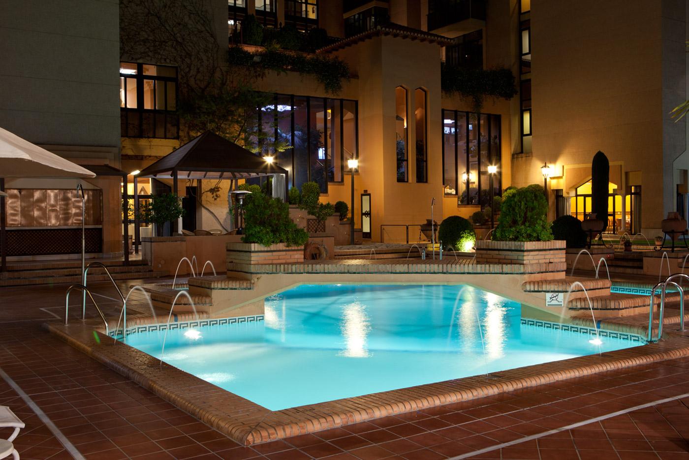 Las 10 mejores piscinas de hotel espa olas for Hoteles en granada con piscina climatizada