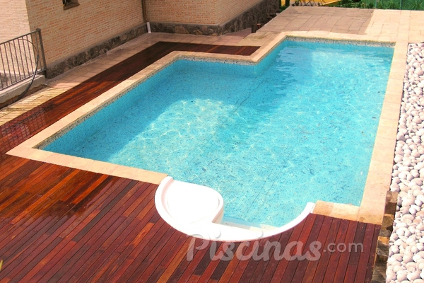 Bordes de piscina indeformables de madera sint tica for Bordes de piscina