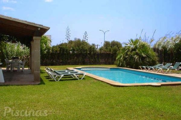 La piscina integrada en el entorno del jard n for Paisajismo jardines con piscina