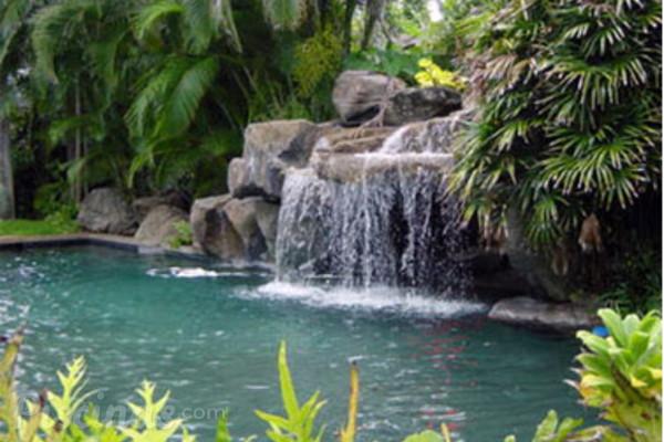 El lujo de deleitarse con una cascada en nuestra piscina for Piscinas pequenas con cascadas