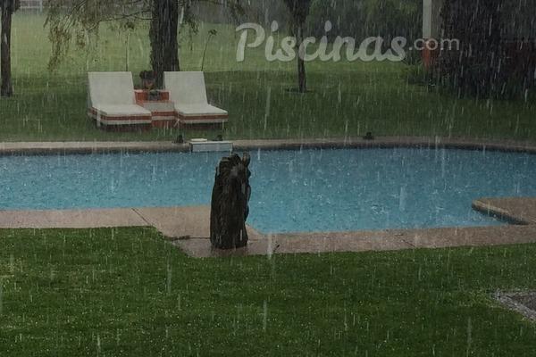 C mo afecta la lluvia a tu piscina for Polvo en la piscina