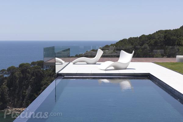 Adi s a las tumbonas de pl stico nuevas inspiraciones para relajarse en la piscina - Piscine in plastica ...