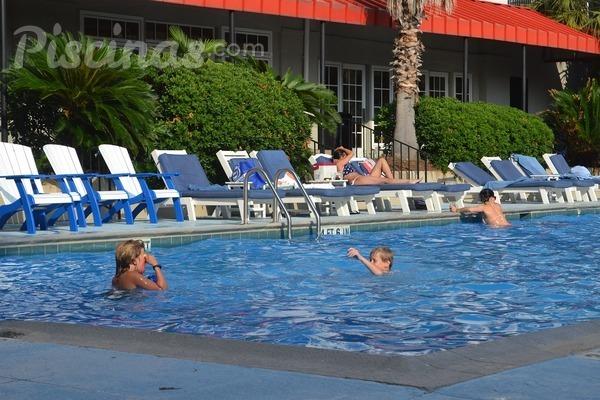 ¿Cómo detectar la presencia de orina en la piscina?