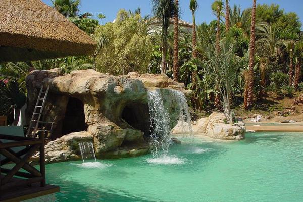 Fuentes y cascadas para piscina el lujo de tener el spa for Casas con piscina y jardin de lujo