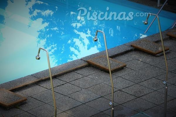 La importancia de la ducha en la piscina