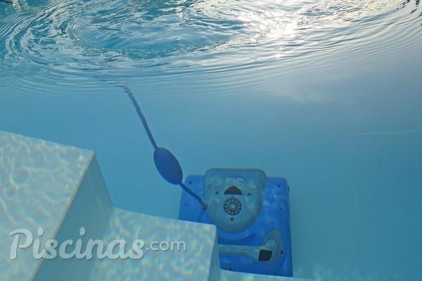 Tratamiento del agua de la piscina para mantenerla limpia y cristalina