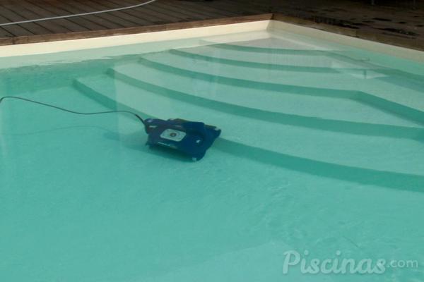 Qu limpiafondos es el m s adecuado para tu piscina for Robot limpiafondos para piscinas