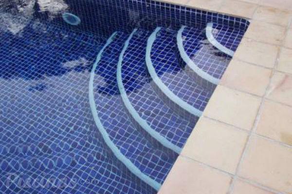 C mo escoger la escalera de piscina m s adecuada for Como se construye una piscina