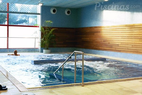 Bancos de hidromasaje que se instalan en la piscina