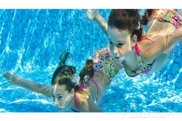 Orinar en la piscina puede ser tóxico