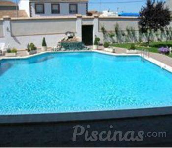 Piscina en casa jardin casa piscina cuadrada grande casa for Piscinas en poco espacio