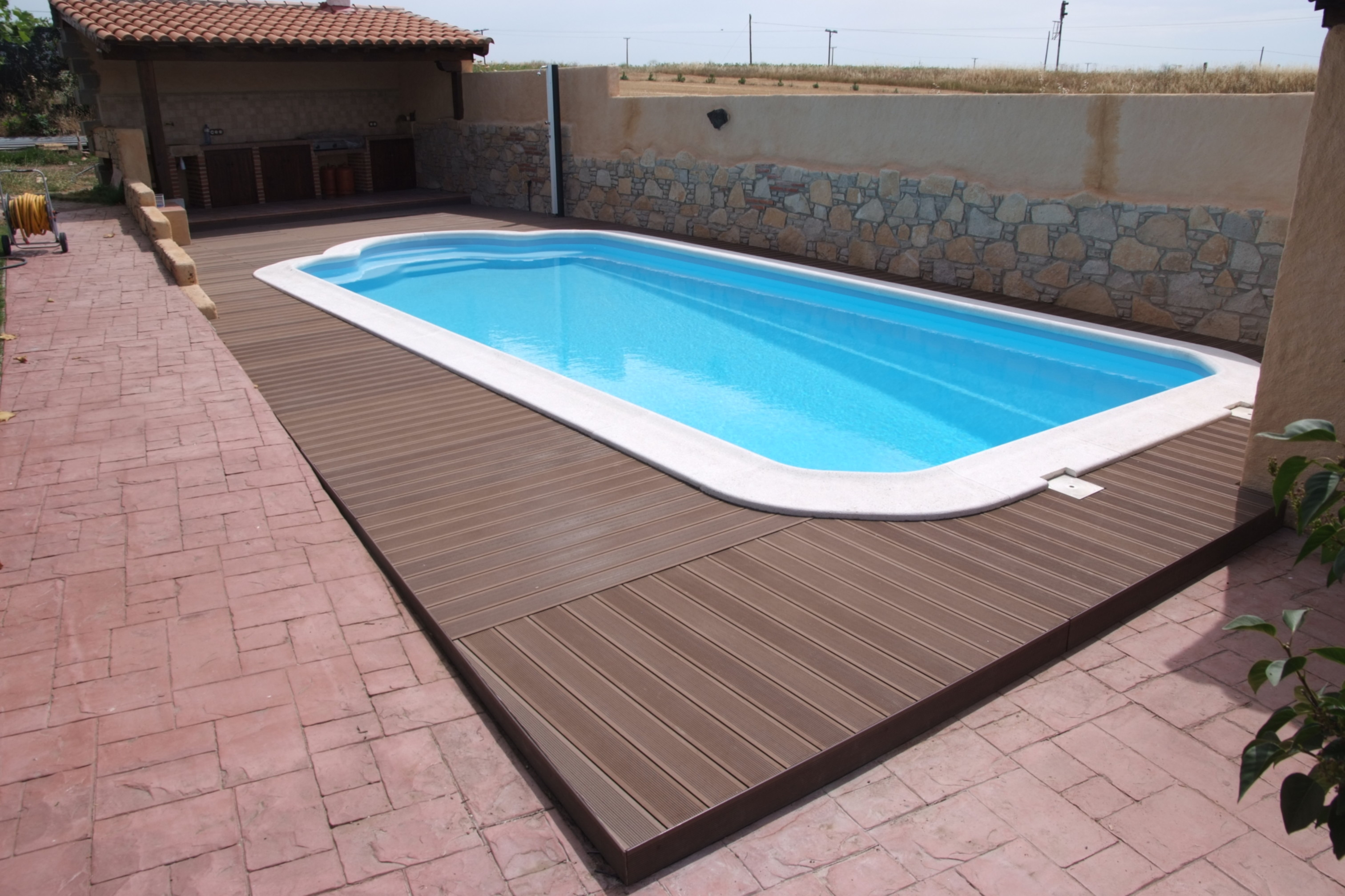 Bordes de piscina indeformables de madera sint tica for Piscinas de madera