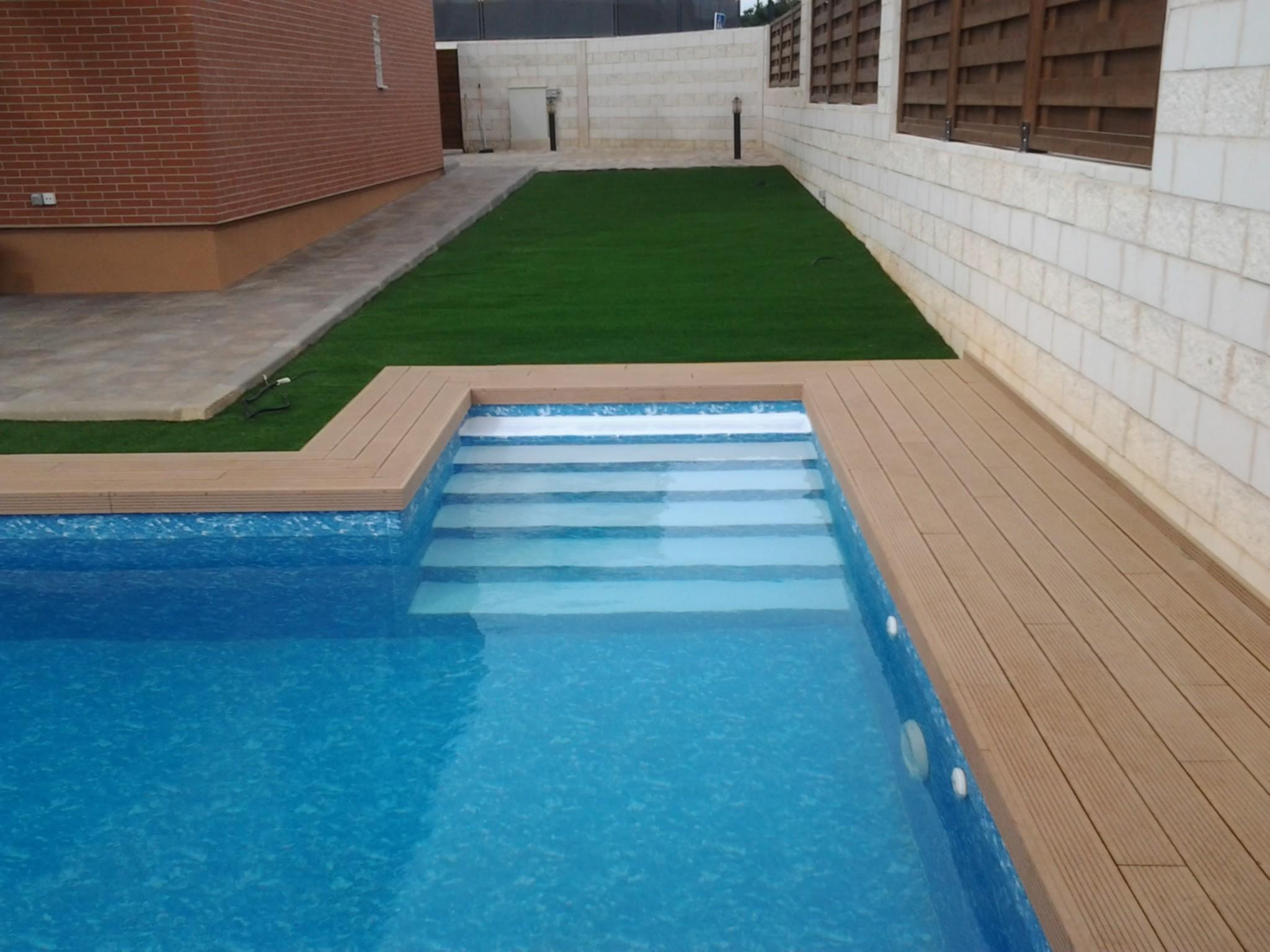 Bordes de piscina indeformables de madera sint tica for Piscinas exteriores