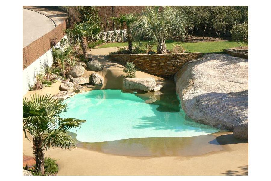 C mo crear un entorno natural en tu piscina - Piscina de arena compactada ...