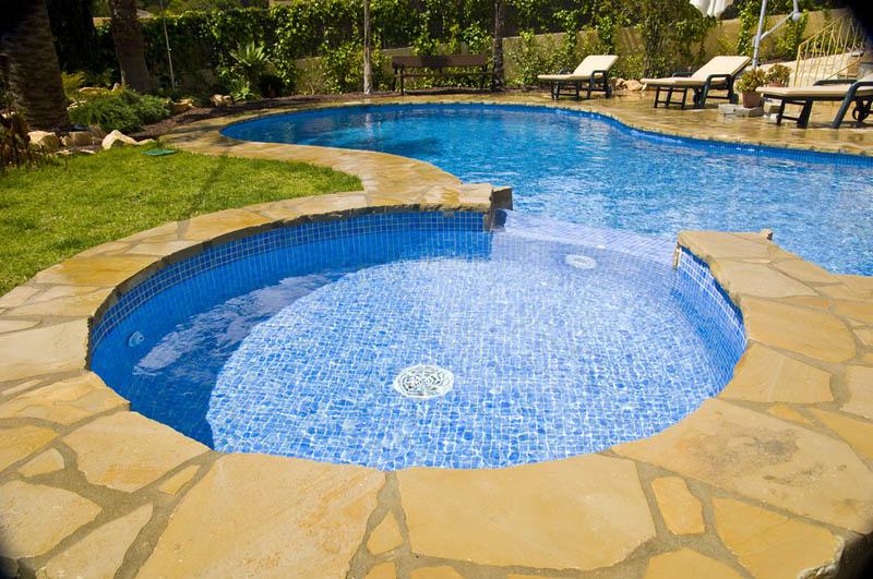 Siete piscinas privadas que te impresionar n for Piscinas con jacuzzi incorporado
