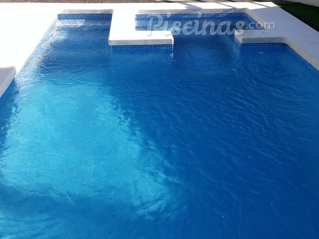 Piscina con escalera y jacuzzi integrado