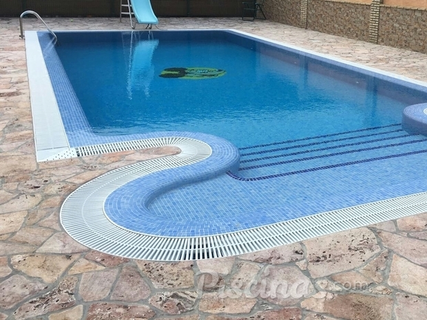 Piscina rectangular, escalera ovalada y bordillo desbordante