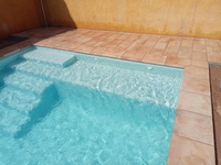 Piscina con entorno Natucer Boston East y gresite PS-40 de Reviglass.