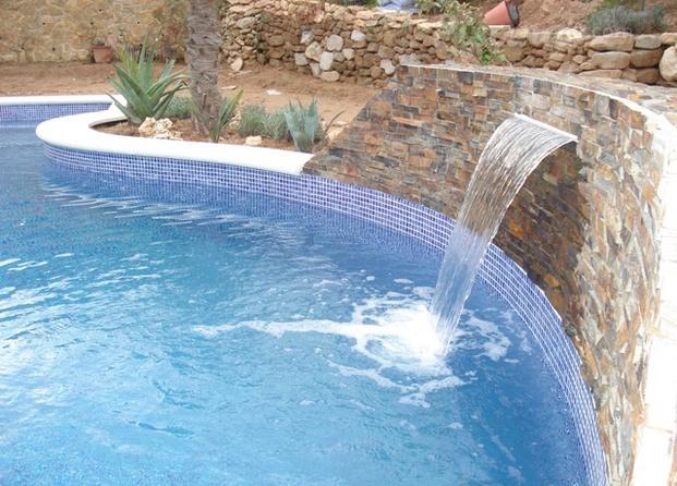 Piscina con cascada artificial imagui for Piscinas pequenas con cascadas