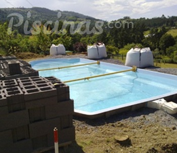 Construcci n piscina de poli ster for Piscina construccion